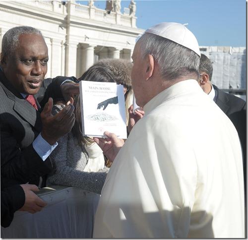 Emmanuel Argo présente son livre au pape François